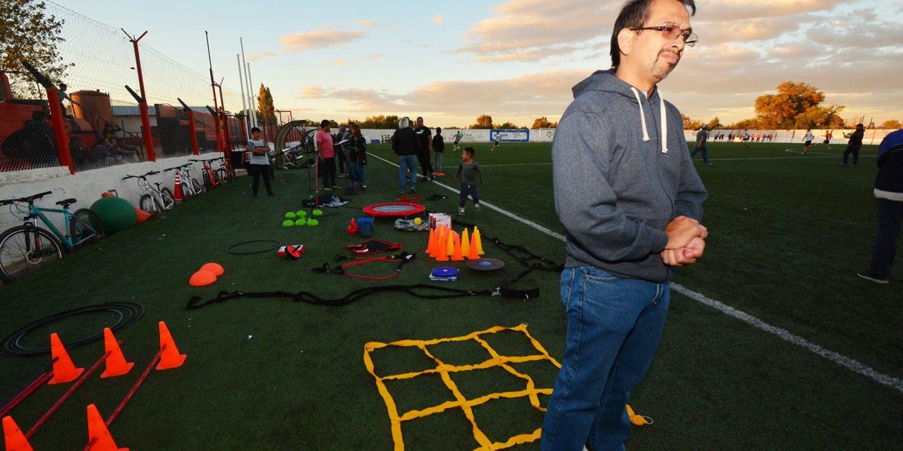 Gustavo Suarez entrego materiales deportivos a Club Petroleros