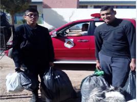 Bomberos de Plaza Huincul donaron ropa en Sausal Bonito