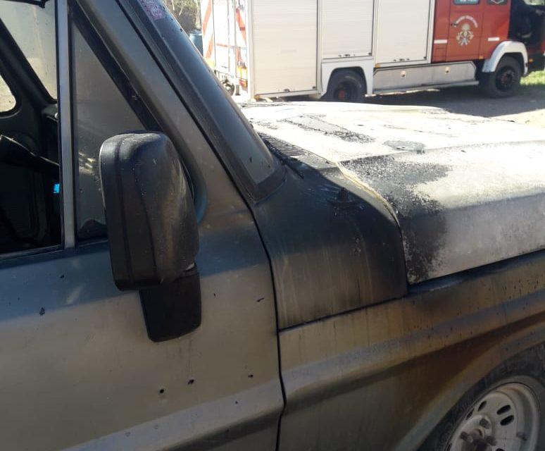 Camioneta F100 incendiada en Plaza Huincul