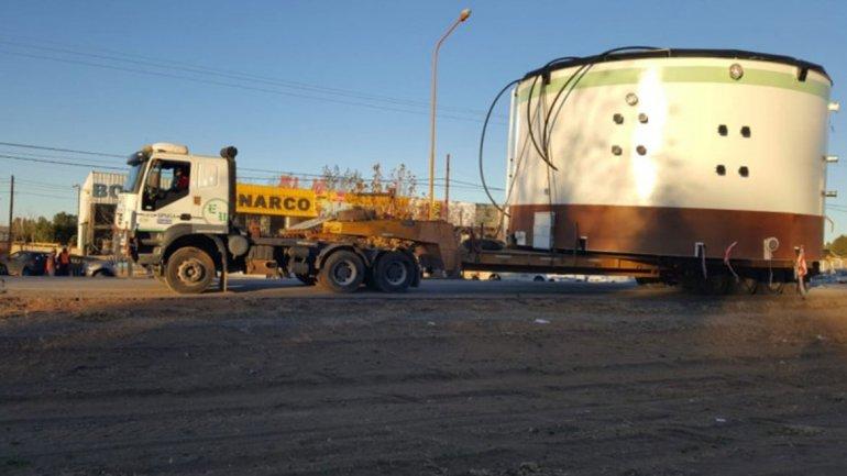 Traslado de tanque gigante por ruta 22
